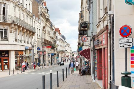 anjou: Angers, Francia - 28 de julio 2014: la calle Rue Saint Aubin de Angers, Francia. Angers es la ciudad en el oeste de Francia y es la capital hist�rica de la provincia de Anjou