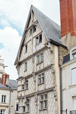 anjou: ANGERS, FRANCIA - 28 de julio 2014: fachada de la antigua casa de Ad�n en Angers, Francia. Angers es la ciudad en el oeste de Francia y es la capital hist�rica de la provincia de Anjou
