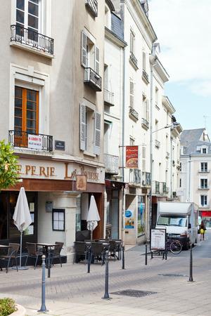 anjou: ANGERS, FRANCIA - 28 de julio 2014: La calle Rue Montauet en Angers, Francia. Angers es la ciudad en el oeste de Francia y es la capital hist�rica de la provincia de Anjou