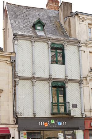 anjou: ANGERS, FRANCIA - 28 de julio 2014: fachada de la casa de medio timberled en la Place Sainte-Croix en Angers, Francia. Angers es la ciudad en el oeste de Francia y es la capital hist�rica de la provincia de Anjou Editorial