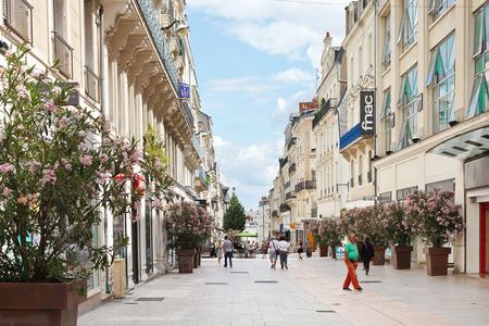 anjou: Angers, Francia - 28 de julio 2014: la gente en la calle Rue Lenepveu en Angers, Francia. Angers es la ciudad en el oeste de Francia y es la capital hist�rica de la provincia de Anjou Editorial