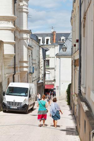 anjou: Angers, Francia - 28 de julio 2014: la gente en la calle Rue de L'Espine en Angers, Francia. Angers es la ciudad en el oeste de Francia y es la capital hist�rica de la provincia de Anjou