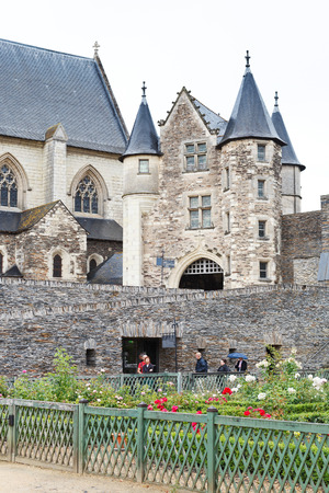 anjou: Angers, Francia - 28 de julio 2014: patio interior del castillo de Angers, Francia. Chateau d'Angers fue fundada en el siglo noveno por condes de Anjou, fue ampliado a su tama�o actual en el siglo 13