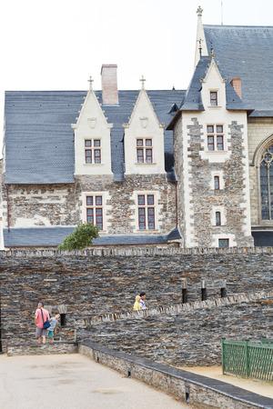anjou: ANGERS, FRANCIA - 28 de julio 2014: Patio en el castillo de Angers, Francia. Chateau d'Angers fue fundada en el siglo noveno por condes de Anjou, fue ampliado a su tama�o actual en el siglo 13 Editorial