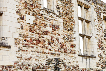 anjou: ANGERS, FRANCIA - 28 de julio 2014: viejo muro de piedra en Angers Castillo, Francia. Chateau d'Angers fue fundada en el siglo noveno por condes de Anjou, fue ampliado a su tama�o actual en el siglo 13