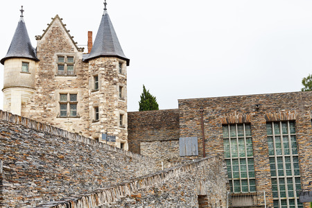 anjou: ANGERS, FRANCIA - 28 de julio 2014: palacio y paredes de Angers Castillo, Francia. Chateau d'Angers fue fundada en el siglo noveno por condes de Anjou, fue ampliado a su tama�o actual en el siglo 13