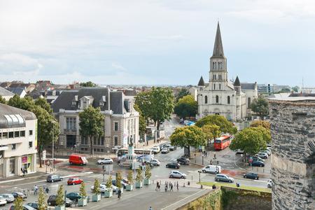 anjou: ANGERS, FRANCIA - 28 de julio 2014: vista de Place du Pr�sident Kennedy, Place de L'Academie y la Iglesia de St Laud en Angers, Francia. Angers es la ciudad en el oeste de Francia y es capital de la provincia de Anjou
