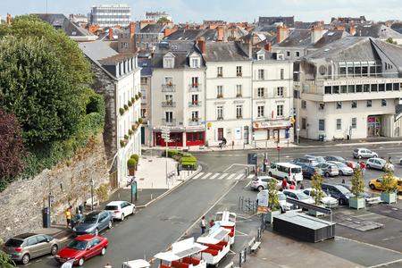anjou: ANGERS, FRANCIA - 28 de julio 2014: la plaza Place du Pr�sident Kennedy en Angers, Francia. Angers es la ciudad en el oeste de Francia y es la capital hist�rica de la provincia de Anjou Editorial