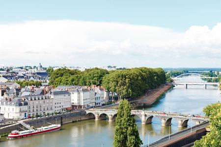 anjou: ANGERS, FRANCIA - 28 de julio 2014: Monge Quai, tiende un puente Pont de Verdun y Pont de Haute Chaine en el r�o La Maine en Angers, Francia. Angers es la ciudad es la capital hist�rica de la provincia de Anjou