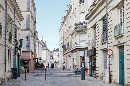 anjou: Angers, Francia - 28 de julio 2014: la calle Rue Saint Martin en Angers, Francia. Angers es la ciudad en el oeste de Francia y es la capital hist�rica de la provincia de Anjou