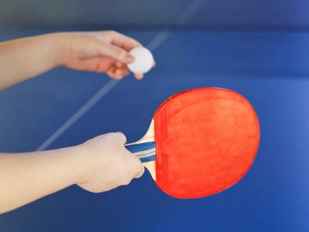 tischtennis: M�dchen spielt im Tischtennis mit roten Schl�ger auf blauem Tisch Tennis hautnah
