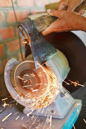 ベンチ斧研削盤をクローズ アップを使用してシャープ