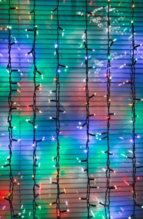 festones: festones al aire libre de Navidad ventana en la noche decoran