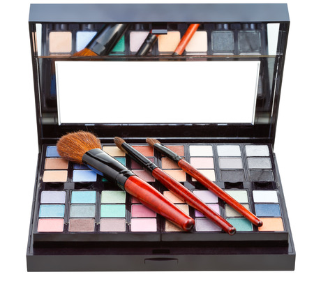 maquillage: makeup kit and cosmetic brushes isolated on white background