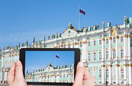palacio ruso: concepto de viaje - turista toma la foto de la bandera del estado ruso en el Palacio de Invierno, San Petersburgo, Rusia el gadget móvil