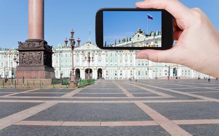 Russian palace: concepto de viaje - tur�stico foto tiro de bandera del Estado ruso en la Plaza del Palacio, San Petersburgo, Rusia el gadget m�vil