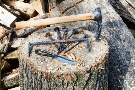 ironmongery: labrar hacha y ferreter�a en el bloque de madera cerca de herrer�a pa�s