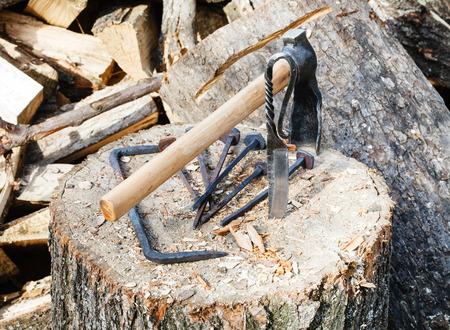 ferretería: labrar hacha y hardware forjado en bloque de madera cerca de la aldea herrería