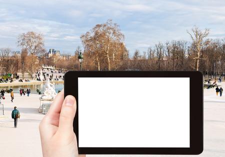 octogonal: concepto de viaje - fotografía turística Gran Cuenca octogonal en Jardín de las Tullerías, París, Francia, el Tablet PC con pantalla de cortar con el lugar en blanco para la publicidad