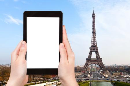 logo voyage: concept de Voyage - tourisme photographie Tour Eiffel du Trocadéro à Paris, le Tablet PC avec écran avec découper endroit vierge pour la publicité logo