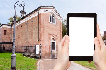 cappella: concepto de viaje - fotografía turística Capilla de los Scrovegni en Padua, Italia, en día de otoño en el PC tableta con cortar pantalla con el lugar en blanco para la publicidad