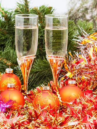 sektglas: Weihnachten Stilleben - Zwei Gläser Sekt mit goldenen Weihnachtsdekorationen auf Weihnachtsbaum Hintergrund Lizenzfreie Bilder