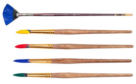 brocha de pintura: conjunto de pinceles artísticos redondas con puntas pintadas aislados sobre fondo blanco Foto de archivo
