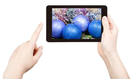 tomar foto de azul adornos de Navidad con tablet pc aisladas sobre fondo blanco