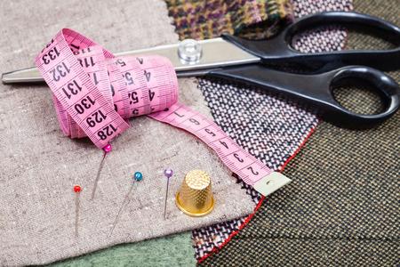 coser: corte y confección naturaleza muerta - rosa cinta métrica, dedal, alfileres, tijeras en telas
