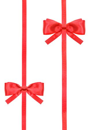 lazo regalo: dos lazos de raso rojo y dos cintas verticales aislados en el fondo blanco verticales
