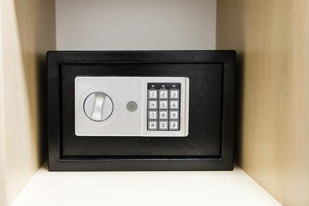 caja fuerte: segura compacta en el estante del armario en la habitaci�n de hotel Foto de archivo