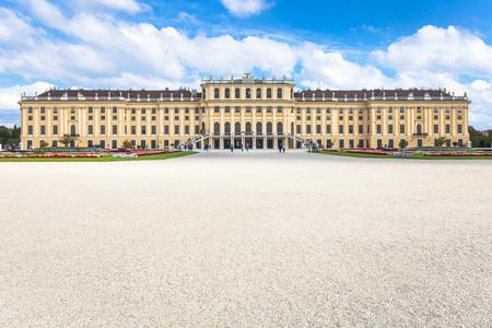 schloss schonbrunn: travel to Vienna city - view of Schloss Schonbrunn palace from garden, Vienna, Austria