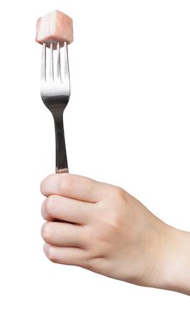 pancetta cubetti: forchetta da pranzo con un pezzo di lardo Impaled in mano isolato su sfondo bianco Archivio Fotografico