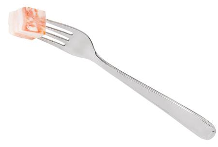 pancetta cubetti: forchetta pranzo con pezzo di lardo isolato su sfondo bianco
