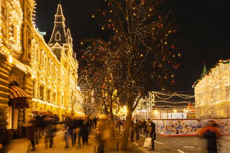 MOSCA, RUSSIA - 6 Dicembre 2015: i turisti vicino illuminato facciata di grandi magazzini GUM sulla Piazza Rossa durante la Fiera di Natale a Mosca. Piazza Rossa è la storica piazza centrale di Mosca.