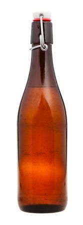 botellas de cerveza: Cerrado botella marr�n de cerveza de cristal aislado en fondo blanco Foto de archivo