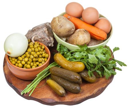 russian salad: ingredientes para la ensalada rusa (Olivier) cocinar sobre tabla de madera aislado en el backgrou blanco