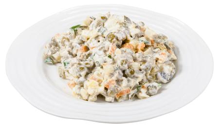 ensaladilla rusa: olivier ensalada rusa con mayonesa en plato blanco aisladas sobre fondo blanco