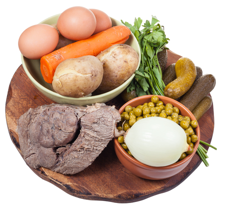 russian salad: ingredientes cocidos para cocinar ensalada rusa sobre plancha de madera aislada en el backgrou blanco