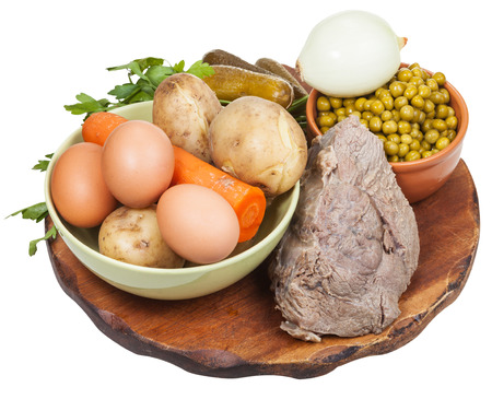 russian salad: ingredientes para cocinar ensalada rusa sobre tabla de madera aisladas sobre fondo blanco