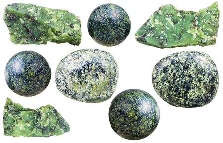 Set isoliert auf weißem Hintergrund verschiedene Serpentin natürliche Mineralsteine ??und Edelsteine Standard-Bild