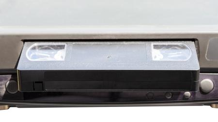 videocassette: cinta de vídeo en la grabadora de vídeo aislado en el fondo blanco