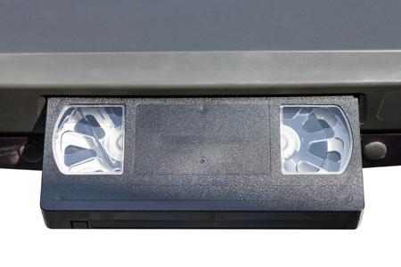 videocassette: cintas de vídeo en el reproductor de vídeo aislado en el fondo blanco