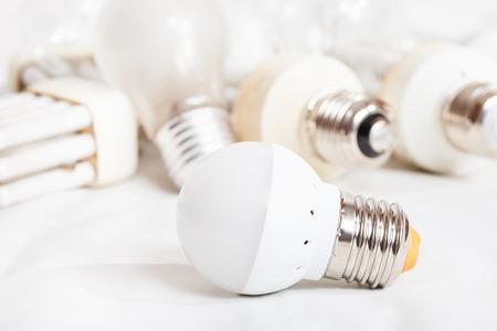 energeticky úsporná nové LED lampy a mnoho starých klasických žárovek a použité kompaktní zářivky Reklamní fotografie