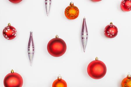 Bolas de Navidad rojas y carámbanos de vidrio sobre fondo blanco Foto de archivo - 61487735