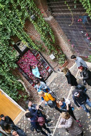 juliets: VERONA, ITALY - OCTOBER 10, 2016 - above view of tourists on yard of Juliets house in Verona city. Juliet's house (Casa di Giulietta) is one of the main tourist attractions of Verona