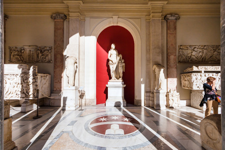 octagonal: VATICAN, ITALY - NOVEMBER 2, 2016: visitors near Venus Felix (Venus with her son Cupid) sculpture in Octagonal Courtyard of Gallery of Statues, open loggia of Pio-Clementino Museum in Vatican museums Editorial