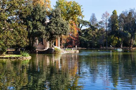 aesculapius: viajar a Italia - estanque y decorativa Templo de Esculapio en Villa Borghese jardines públicos en la ciudad de Roma en otoño