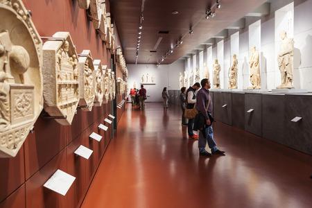 피렌체, 이태리 -2006 년 11 월 4 일 : Museo dell 오페라 델 두오모 (대성당의 작품 박물관)에 패널과 동상이있는 방. 피렌체 두오모를 위해 창작 된 미술 작품이 전시 된 박물관