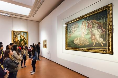 ウッフィツィ美術館のボッティチェリの部屋にフィレンツェ, イタリア - 2016 年 11 月 5 日: 観光客。ウフィツィ美術館はヨーロッパで最も古い美術館 報道画像